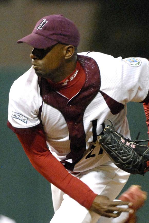 El derecho habanero Jonder Martínez, llevo a su equipo a la semifinal occidental, al ganar 5x3 a Cienfuegos, en el estadio Nelson Fernández, en provincia La Habana, el 4 de marzo de 2010. AIN Foto: Marcelino VAZQUEZ HERNANDEZ