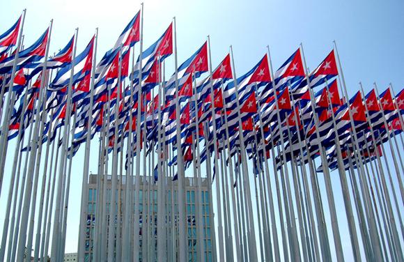 Banderas frente a la sede diplomática de Washington en La Habana. Foto: Kaloian