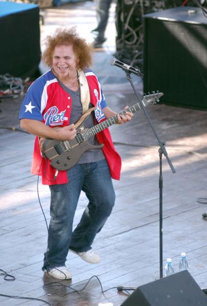 Actuación del cantautor cubano Kelvis Ochoa, durante el concierto de la agrupación puertorriqueña de música urbana, Calle 13, en la tribuna antiimperialista de La Habana, el 23 de marzo de 2010. AIN FOTO/Sergio ABEL REYES