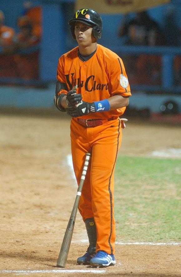 Leonys Martín coronó la victoria de Villa Clara con su jonrón con bases llenas en el noveno episodio. Foto: Roberto Ruiz