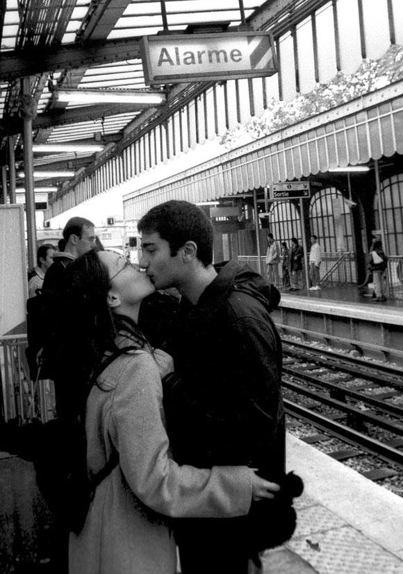 Beso que una pareja de enamorados