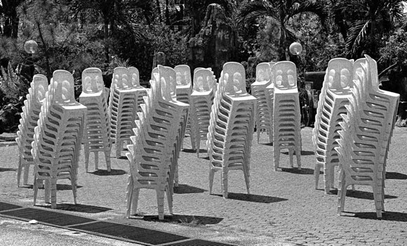 Grupo de sillas plásticas sobre la hierba