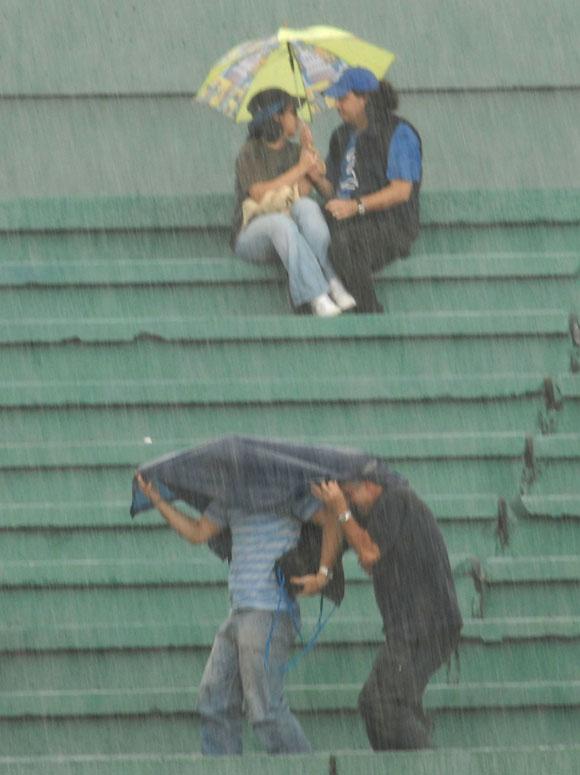 Personas en el estadio, bajo la lluvia. Foto: Ricardo López Hevia
