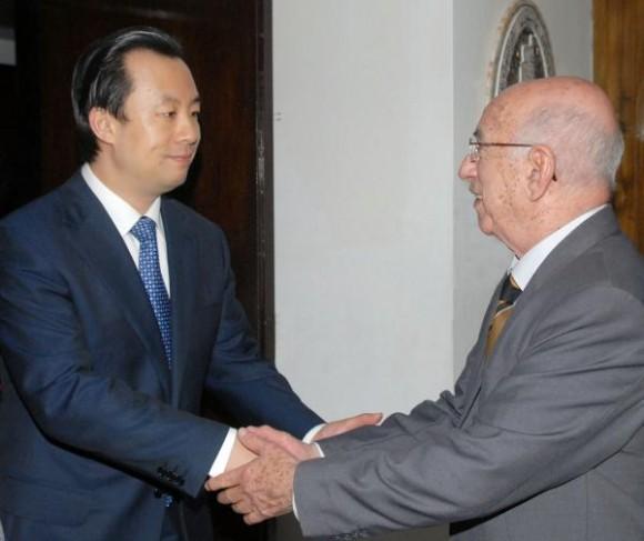 José Ramón Machado Ventura (der.), Primer Vicepresidente de los Consejos de Estado y de Ministros de Cuba, recibe a Lu Hao (izq.), Primer Secretario del Comité Central de la Liga de la Juventud Comunista China, en la sede del Comité Central del Partido Comunista de Cuba (PCC), en La Habana, Cuba, el 31 de marzo de 2010. AIN FOTO/Jorge LUIS GONZALEZ/PERIODICO GRANMA