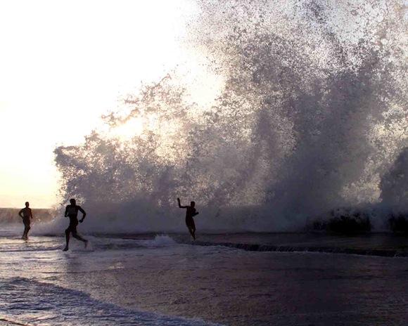 Olas de tres metros golpean Malecón de La Habana.