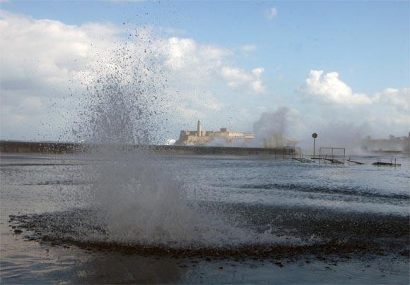 Penetración del mar en el Malecón de La Habana, Cuba, el 3 de marzo de 2010. El Centro de Pronósticos, del Instituto de Meteorología de Cuba, anunció que estas inundaciones en la costa norte occidental de Cuba obedecen al paso de un frente frío. AIN Foto: Sergio Abel REYES REINOSO