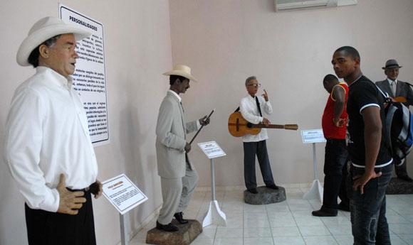 A la izquierda, estatua del cantautor Polo Montañés, expuesta junto a otras esculturas de artistas reconocidos, en el Museo de Cera, en Bayamo, provincia de Granma. AIN Foto: Oscar ALFONSO SOSA