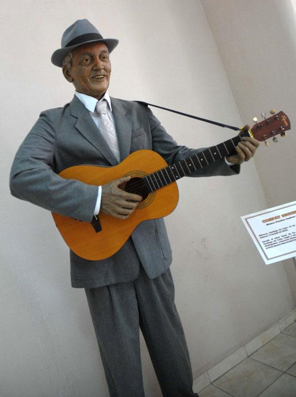 Estatua de Francisco Repilado (Compay Segundo), expuesta en el Museo de Cera, en Bayamo, provincia de Granma. AIN Foto: Oscar ALFONSO SOSA