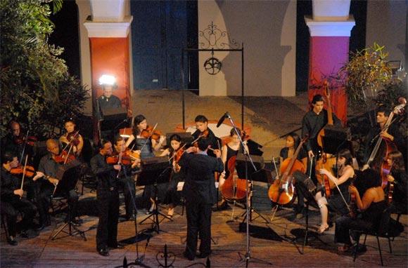 """La Orquesta de Cámara de Holguín, inauguró la XXVII Jornada de Música de Concierto, con la interpretación """"Las cuatro estaciones"""", de Antonio Vivaldi, en el patio de La Periquera, Monumento Nacional. AIN Foto: Juan Pablo CARRERAS"""
