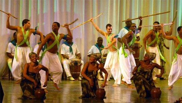 """Actuación del Conjunto Folklórico Nacional de Cuba interpretando """"Estampas africanas"""", en el acto político por el Aniversario XX de la República de Namibia, en la Sala Universal de las Fuerzas Armadas Revolucionarias (FAR), en Ciudad de La Habana, el 19 de marzo de 2010. AIN Foto: Marcelino VAZQUEZ HERNANDEZ"""