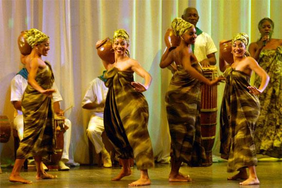 """Actuación del Conjunto Folklórico Nacional de Cuba interpretando """"Estampas africanas"""" , en el acto político por el Aniversario XX de la República de Namibia, en la Sala Universal de las Fuerzas Armadas Revolucionarias (FAR), en Ciudad de La Habana, el 19 de marzo de 2010. AIN Foto: Marcelino VAZQUEZ HERNANDEZ"""