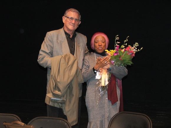 Nancy Morejón y Jorge Bolaños, Jefe de la Sección de Intereses de Cuba en Washington, en el Teatro Gala, en Washington. Foto: Ramón Fandiño