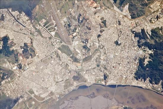 Fotografía satelital de las ciudades chilenas de Concepción y Hualpén tomada desde la Estación Espacial Internacional aproximadamente ocho horas después del terremoto que afectó a Chile el pasado sábado. EFE/NAS