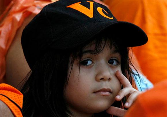 Niña aficionada que defiende equipo de Villa Clara. Foto: Ismael Francisco