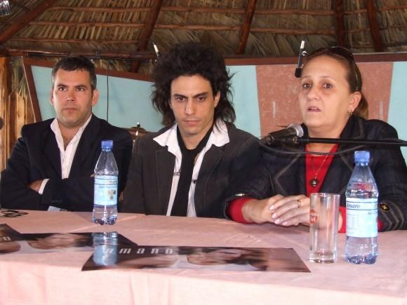 Patricio Amaro (centro) junto al musicólogo Ónix Acosta y la Gerente General de Bis Music Ela Ramos durante la presentación del disco.