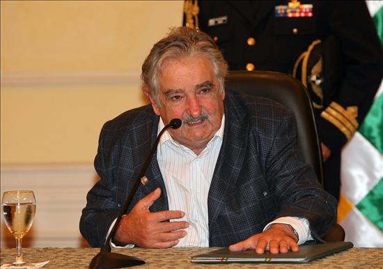 El presidente de Uruguay, José Mujica, habla hoy, sábado 13 de marzo de 2010, durante una rueda de prensa con su homólogo de Bolivia, Evo Morales. Foto EFE/Martín Alipaz.