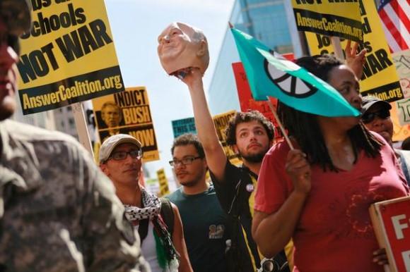 David Amodio, 20, de Syracuse, Nueva York, sostiene una efigie del ex Vice President Dick Cheney, en Washington, el Sábado, 20 de marzo de 2010. Miles de manifestantes marcharon en Washington para protestar por las guerras en Iraq y Afganistán en el séptimo aniversario de la invasión de Iraq. (AP Photo / Jacquelyn Martin)