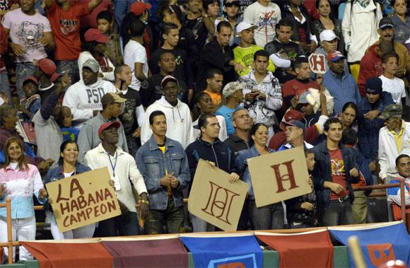 Los fanáticos también lucieron en el estadio en apoyo a su equipo. AIN Foto: Marcelino VAZQUEZ HERNANDEZ