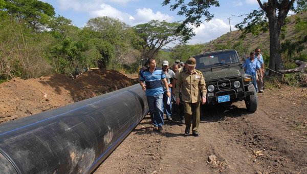 Ramiro durante el recorrido por las obras del acueducto. Autor: Miguel Rubiera
