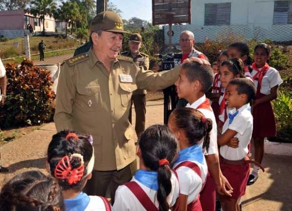 El presidente cubano conversó animadamente con los pioneros de la escuela primaria Orlando Carvajal Colás en la localidad de Soledad de Mayarí. Foto: Geovani Fernández/Juventud Rebelde
