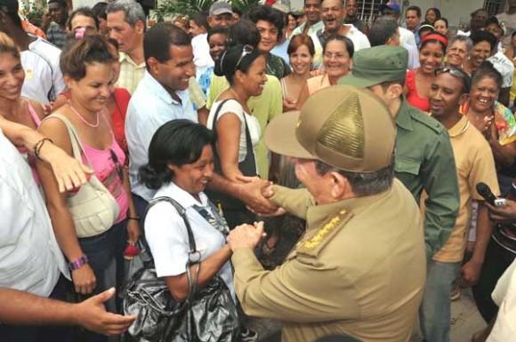Raúl compartió con pobladores de Santiago de Cuba, provincia a la que arribó luego del temblor de tierra que sacudió al Oriente cubano el pasado sábado. Foto: Geovani Fernández / Juventud Rebelde