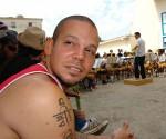 René de Calle 13 en la escuela elemental de música Paulita Concepción en la Habana, Cuba. Foto: Marianela Duflar