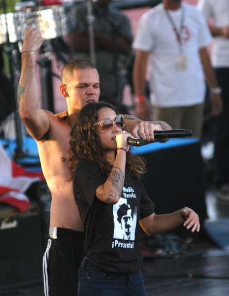 René Pérez y su hermana, quien lleva una camiseta con la imagen de Carlos Muñiz Varela Foto: Roberto Morejón