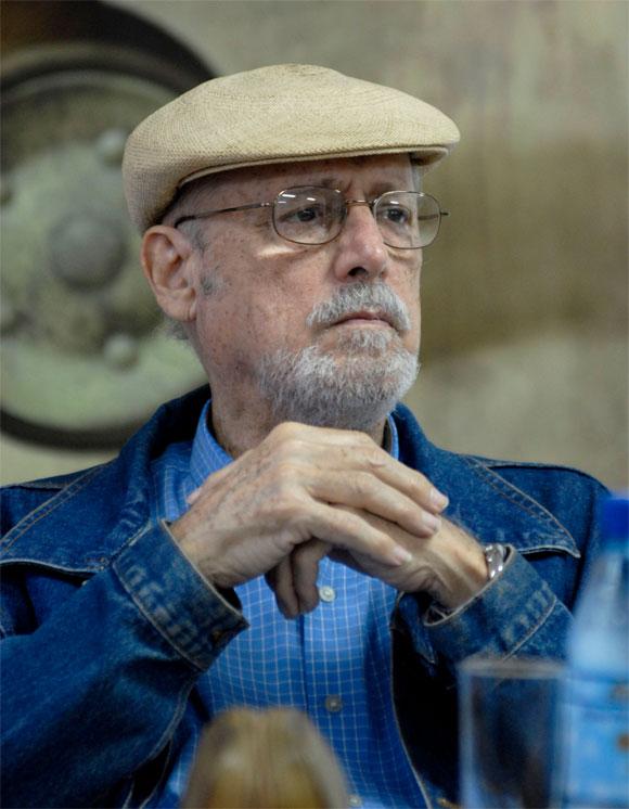 """Roberto Fernández Retamar, durante la presentación de su libro """"Poesía nuevamente reunida"""", antología con la cual la Unión de Escritores y Artistas de Cuba (UNEAC) celebra el 21 de marzo, Día Mundial de esas creaciones, efectuada en la sede de dicha institución. Foto: AIN."""
