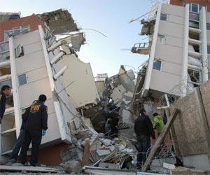 Policías trabajan en la búsqueda de sobrevivientes en un edificio destruído en Concepción, a 515 kilómetros al sur de Santiago (Chile)