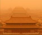 El Palacio Imperial prácticamente oculto por la densa tormenta de arena del desierto del Gobi que llegó hoy, sábado, 20 de marzo de 2010, a Pekín (China). La tormenta llevaba semanas avanzando desde el noroeste de China y llegó hoy a Pekín con potentes vientos y toneladas de tierra amarilla. EFE/HOHN SUN