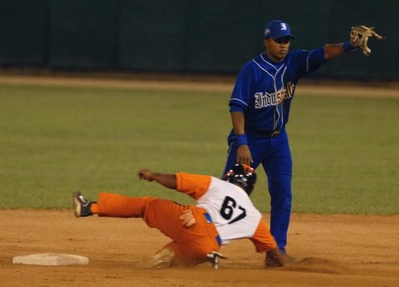 Villa Clara tomó ventaja de 2-0 en la final del Campeonato cubano de béisbol, al imponerse 3x0 a Industriales, en partido celebrado en su estadio Sandino. Foto: Calixto N. Llanes