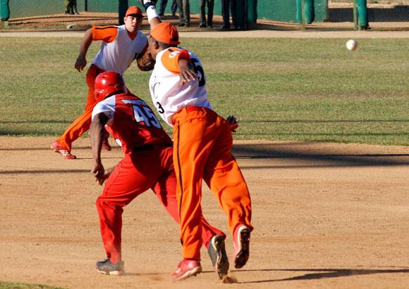 Momento del juego entre los equipos de Villa Clara y Santiago de Cuba, en el estadio Augusto Cesar Sandino en Santa Clara, provincia de Villa Clara, el 7 de marzo de 2010