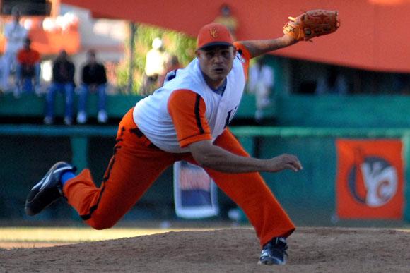 Yulexis Ulacia, lanzador del equipo naranja, frente a los bateadores de Santiago de Cuba