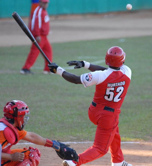 Reutilio Hurtado, bateador de Santiago de Cuba, frente al equipo naranja en el estadio Augusto Cesar Sandino en Santa Clara