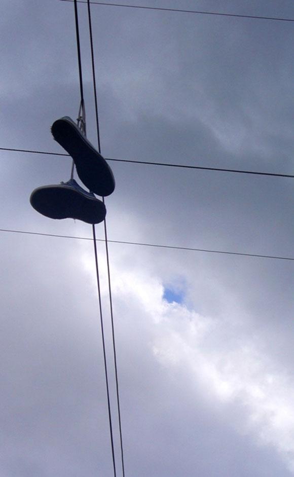 Zapatos colgados en cables eléctricos