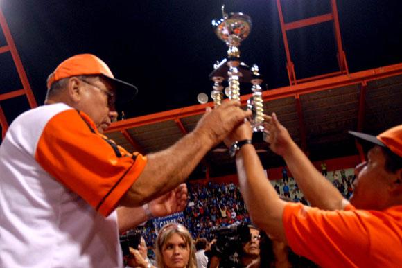 Eduardo Martín, director del equipo de Villa Clara recibe el trofeo que lo acredita como subcampeón en la Serie Nacional de Béisbol. Foto: Arelys María Echevarría / AIN