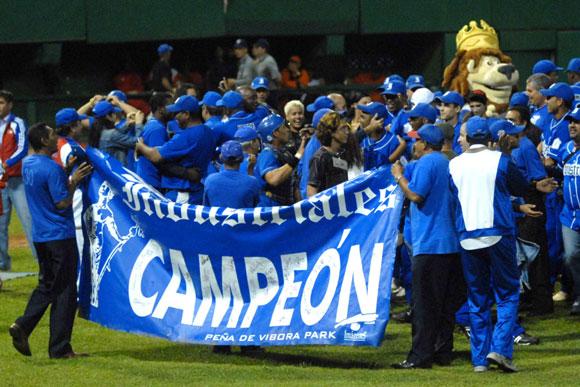 El equipo Industriales se convirtio hoy en el nuevo campeon nacional de la pelota cubana, al derrotar a Villa Clara 7x5. Foto: Marcelino Vázquez / AIN
