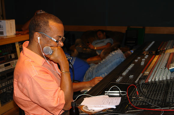 Adalberto Álvarez en los estudios de grabación con la producción de su nuevo CD. Foto: Marianela Dufflar / Cubadebate
