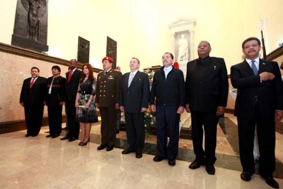 El presidente de Venezuela, Hugo Chávez, acompañado por gobernantes de varios países, abrió hoy la celebración del bicentenario. Foto: Reuters