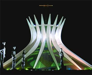 Catedral de Brasilia. Complejo escultórico de Oscar Niemeyer. Brasil