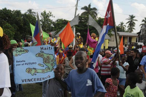 Desde Haití también defienden a su Patria artistas y cooperantes cubanos