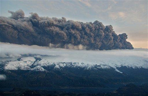 Una nube de humo y cenizas sale del volcán Eyjafjallajokull en Islandia, el miércoles 14 de abril del 2010 (AP Foto/Jon Gustafsson)