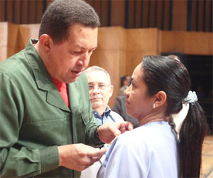 Hugo Rafael Chávez Frías, presidente de Venezuela, impone condecoración a médicos por aniversario de Misión Barrio Adentro. Foto: Prensa Miraflores