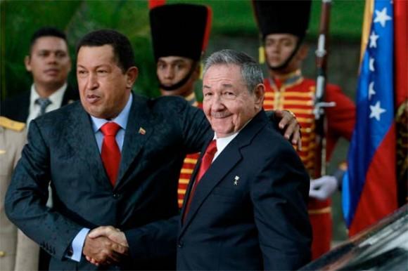 Chávez recibe a Raúl en Miraflores. Foto: Reuters / Jorge Silva