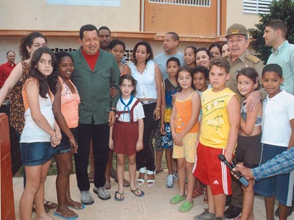 Acompañado de Raúl, Chávez y la delegación venezolana visitaron una comunidad en proceso de ampliación constructiva en el municipio capitalino de Playa. Autor: Geovani Fernández/ Juventud Rebelde