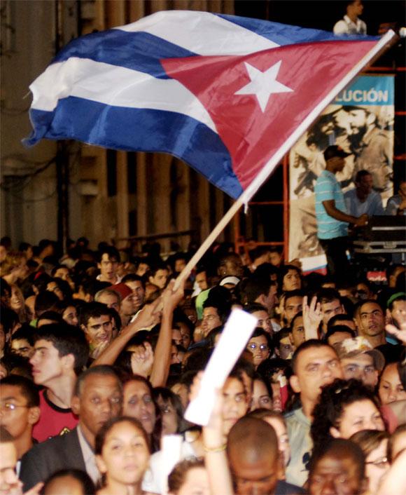 Público asistente al Concierto por la Victoria del grupo cubano Moneda Dura, en la escalinata de la Universidad de La Habana, Cuba, el 17 de Abril de 2010. AIN Foto: Abel ERNESTO RUBIO