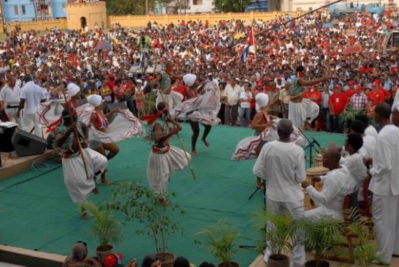 Grupo folclórico Cutumba, durante el Concierto por la Patria, celebrado en el Polígono del antiguo Cuartel Moncada, en Santiago de Cuba, el 10 de abril de 2010. AIN FOTO/Miguel RUBIERA JUSTIZ