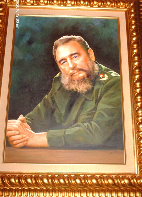 El cuadro con la imagen de Fidel, en una foto tomada desde mi celular.