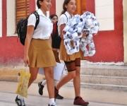 Estudiantes de secundaria se dirigen a la escuela