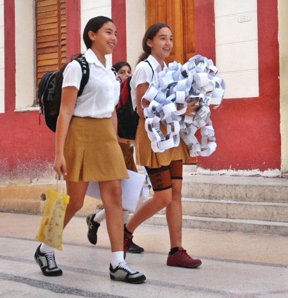 Estudiantes de secundaria se dirigen a la escuela 0af4d7684e7